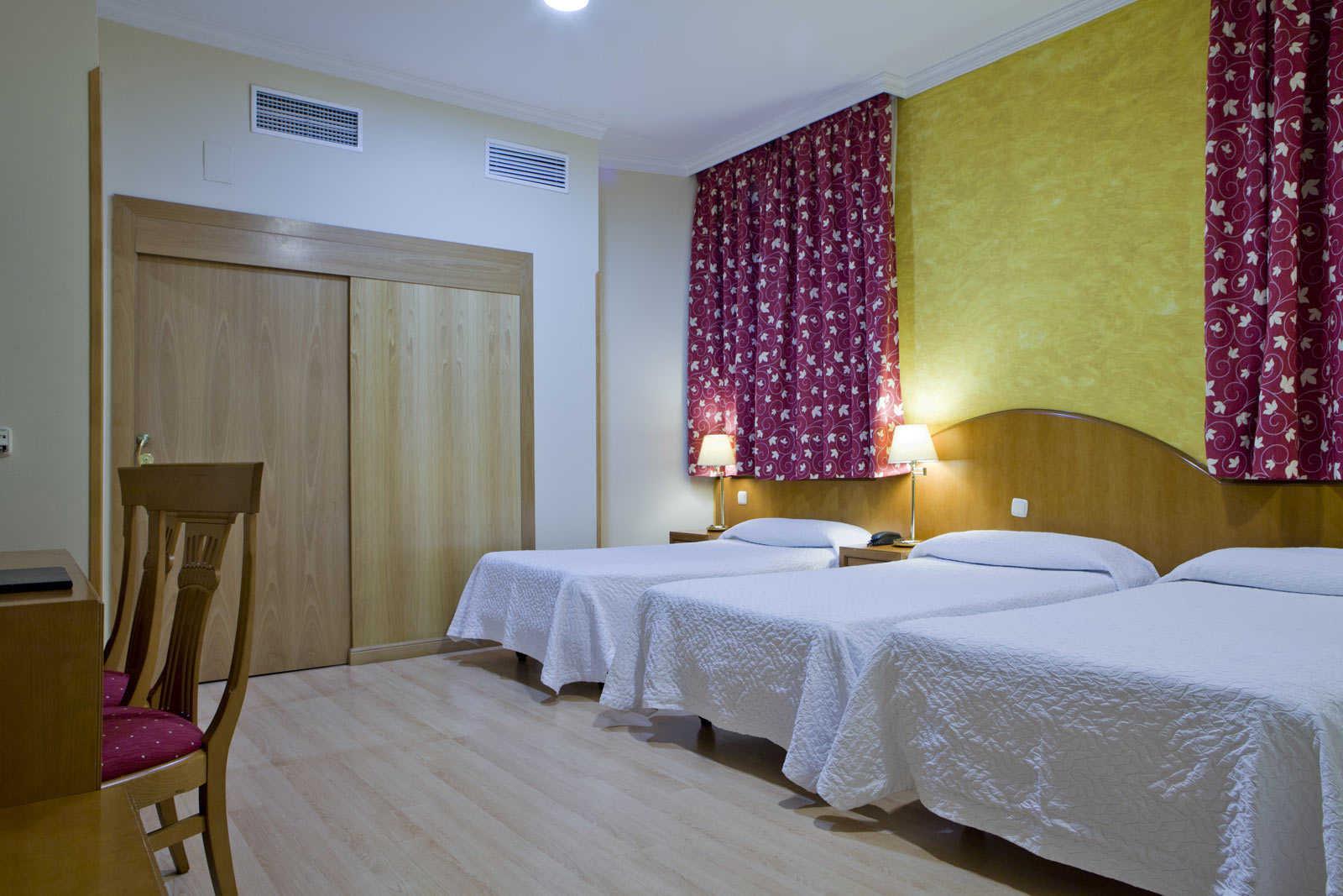 Hotel en madrid centro hotel europa reserva al mejor for Hotel barcelona habitacion familiar